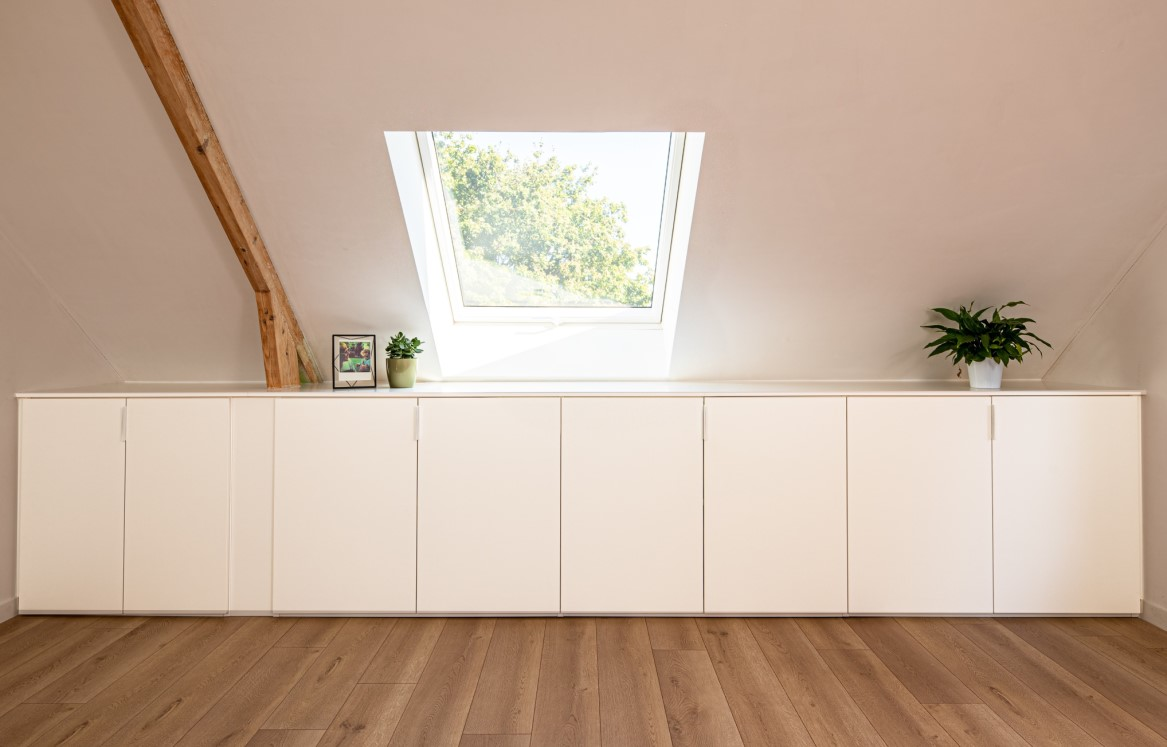 Zolderkamer met witte kast
