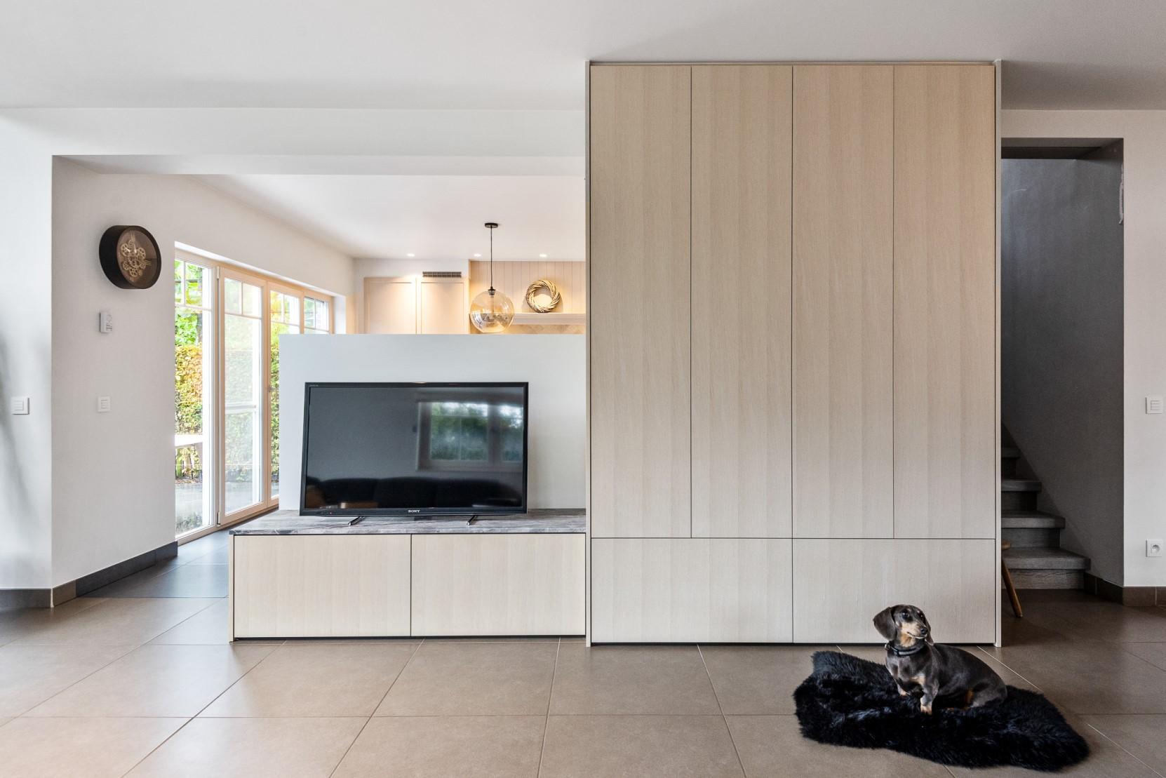 Tv-meubel met hond