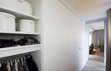 Moderne inkomhal met witte vestiaire open