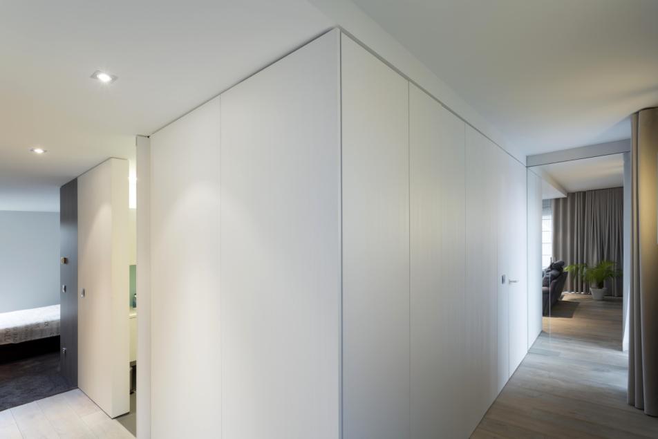 Moderne inkomhal met witte vestiaire gesloten