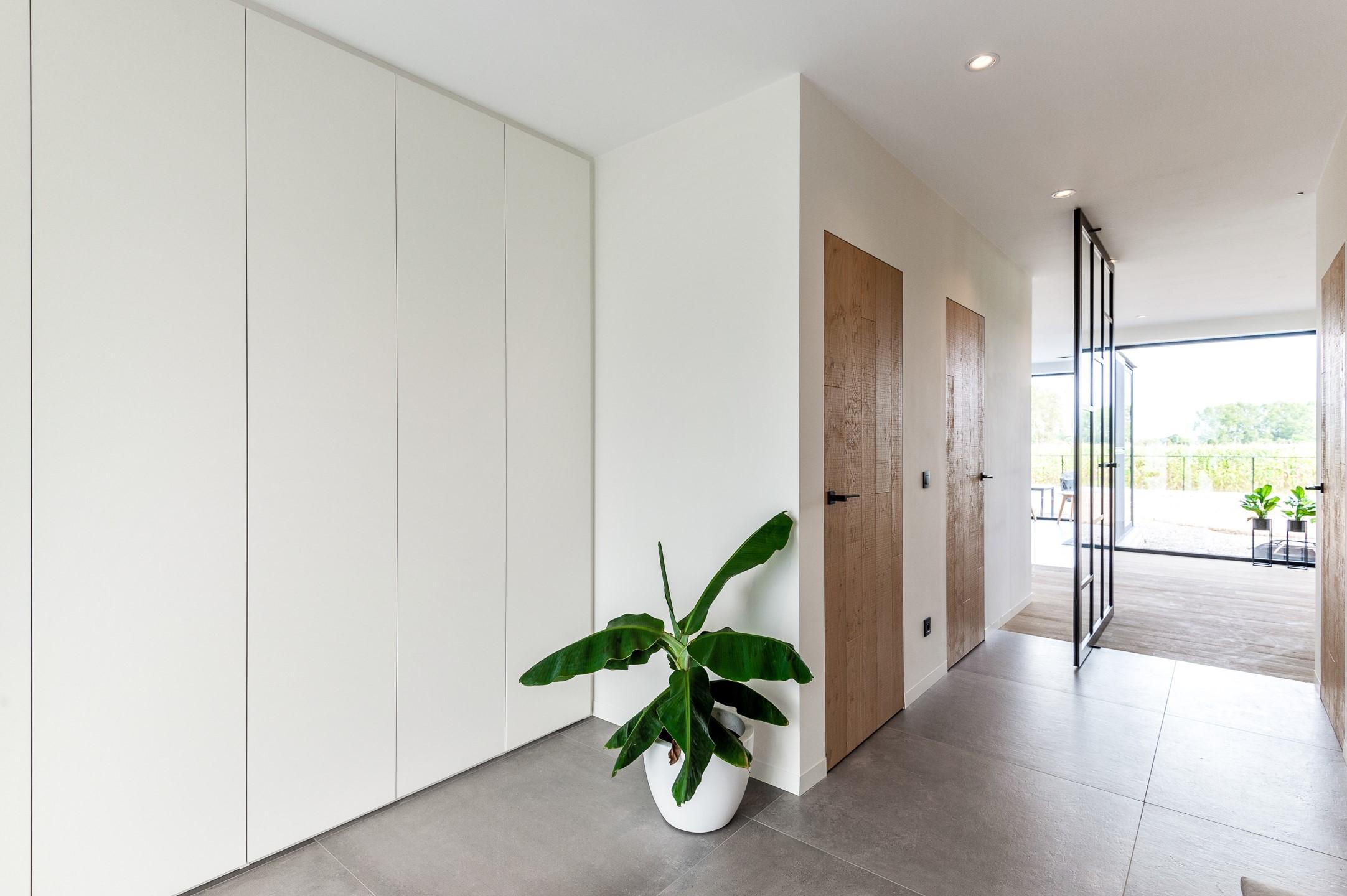Moderne vestiairekast in hal detail deur open
