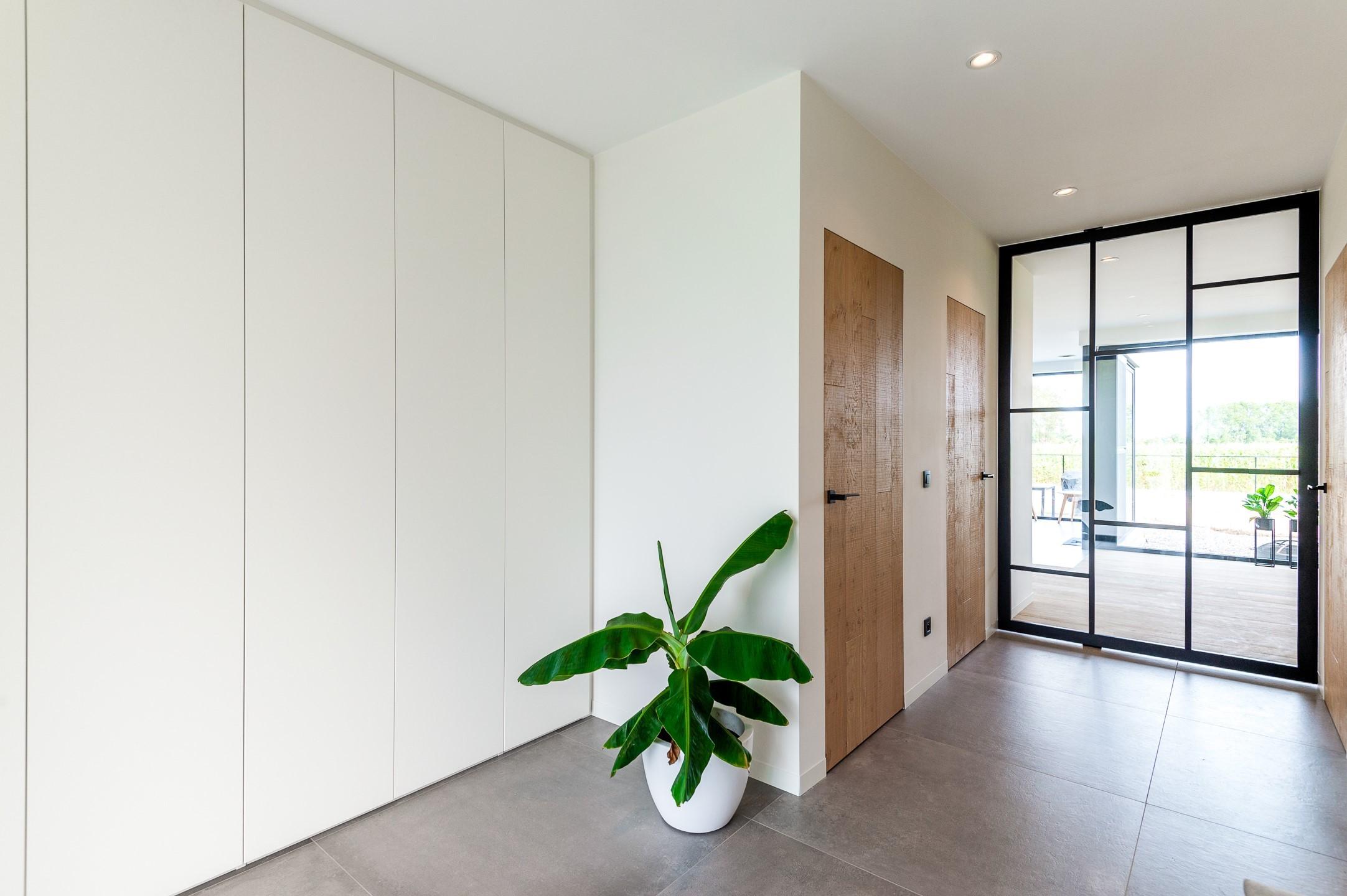 Moderne vestiairekast in hal detail deur gesloten