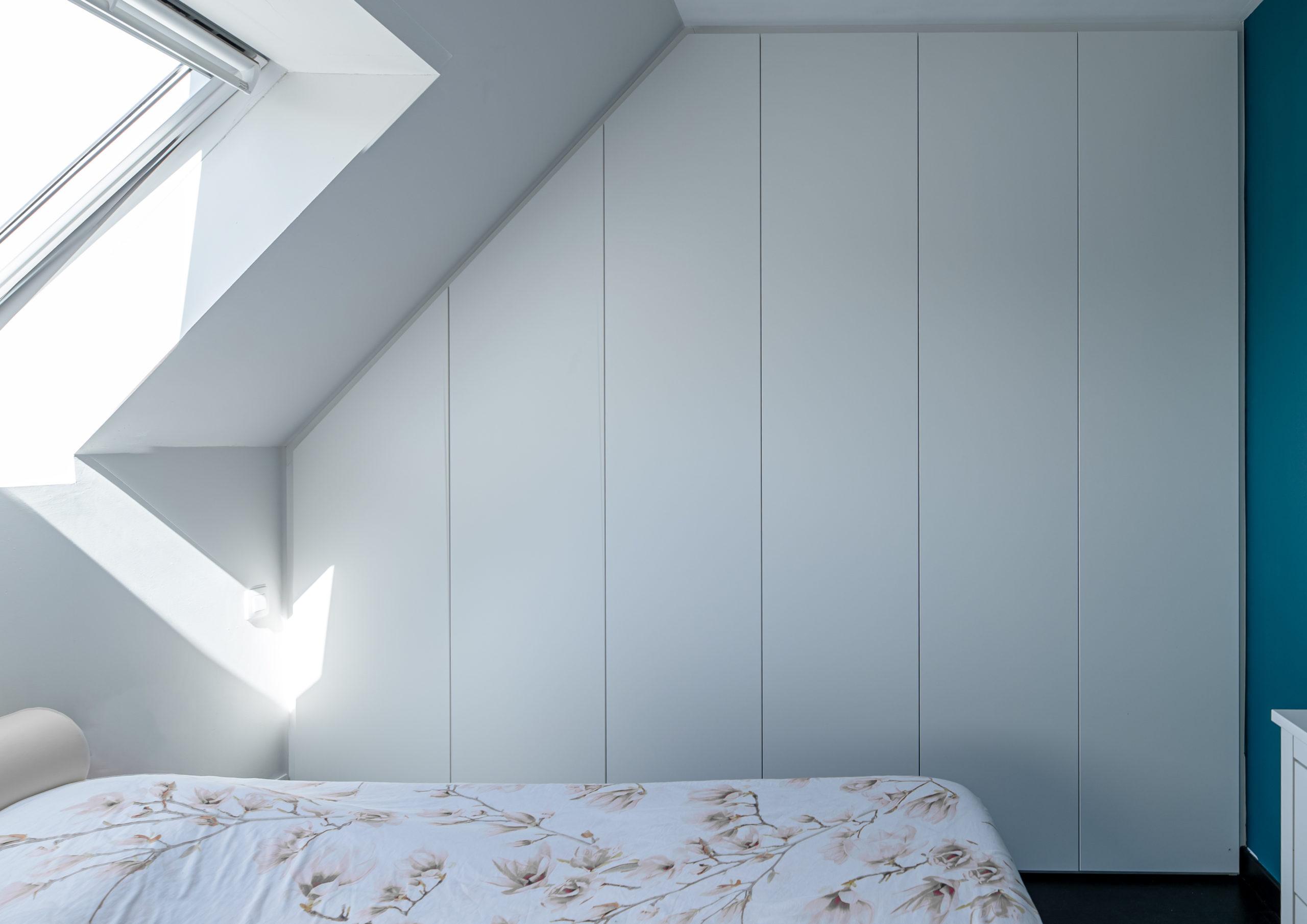 Slaapkamerkast onder schuin dak