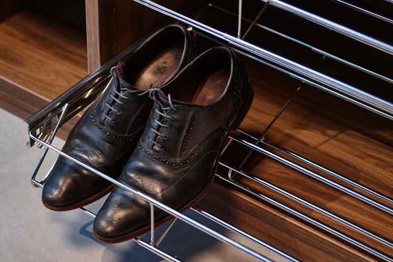 Praktisch uitschuifbaar schoenenrek in maatkast