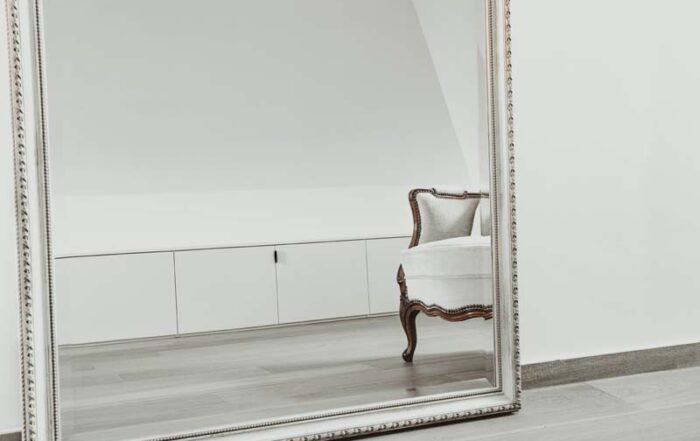 Maatkasten op zolder in spiegel