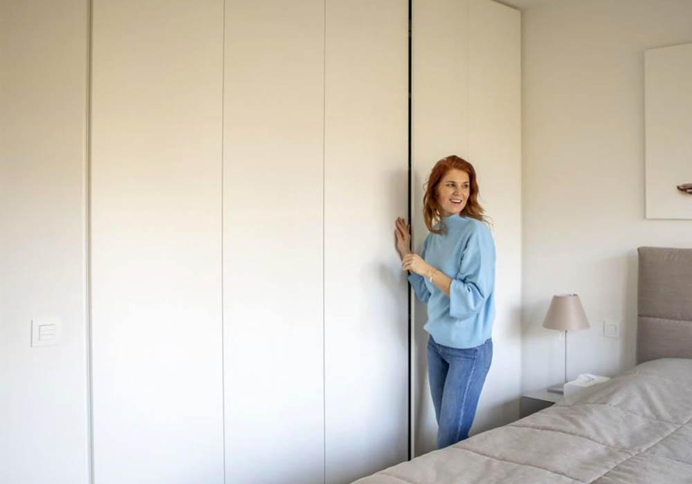 Vrouw opent greeploze draaideur dressing