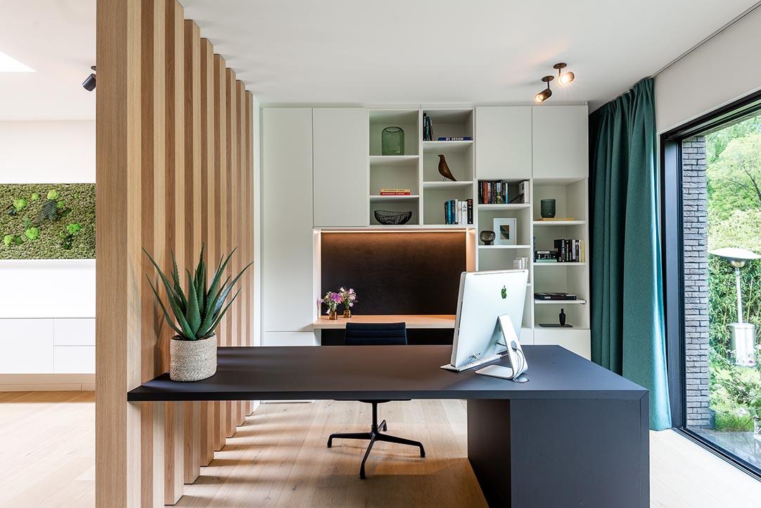 Home office met bureautafel en kast op maat