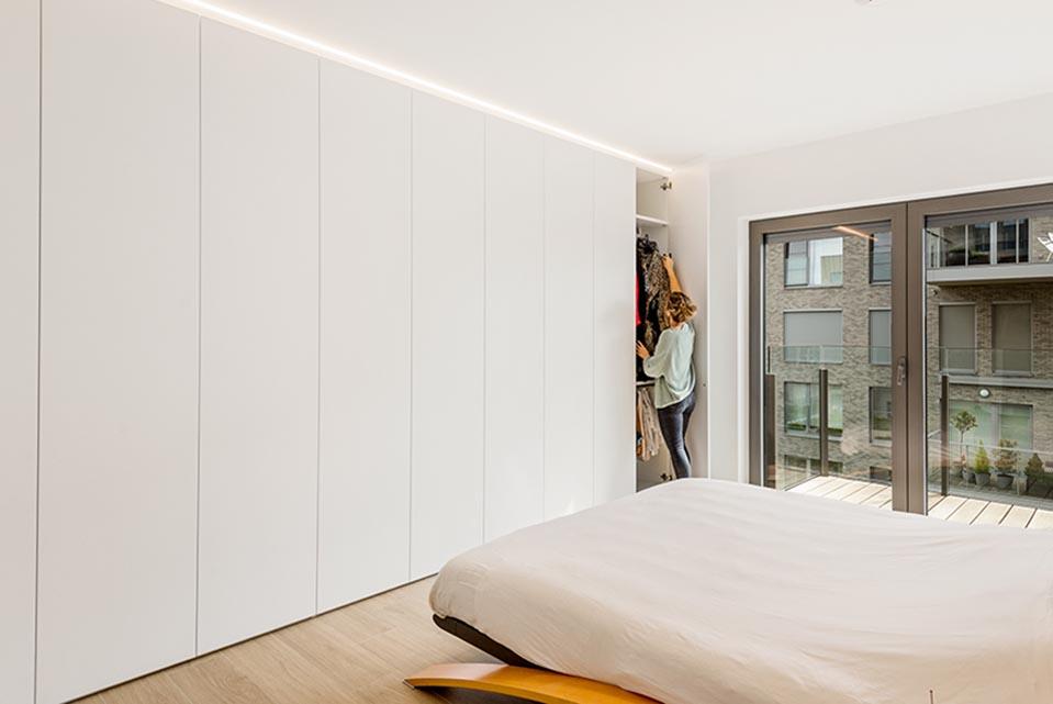 Opbergruimte in slaapkamer van modern appartement