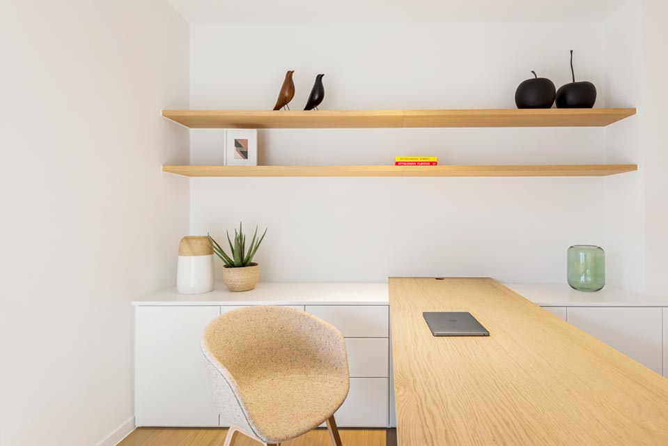 Modern bureau in harmonie met de woning