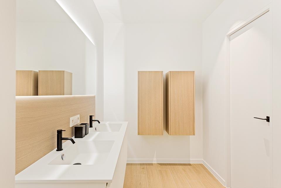 Opbergkasten in badkamer in eiken fineer