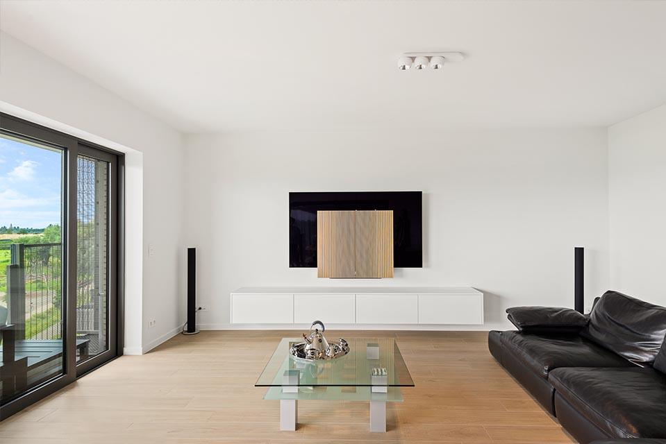 Zwevend tv-meubel in witte poederlak uitvoering