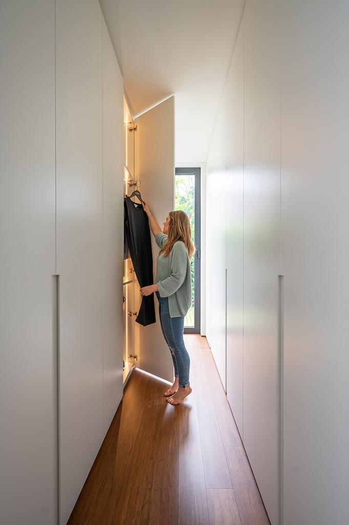 Inloopdressing met ingebouwde verlichting in master bedroom