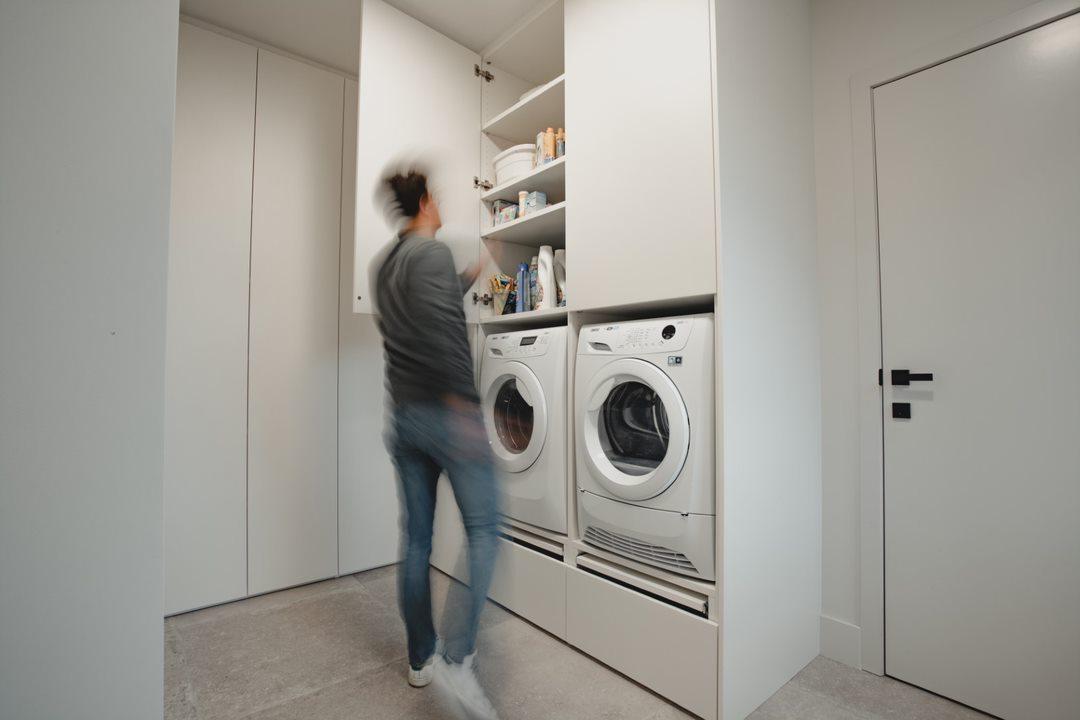 Ruime wasplaats met voldoende opbergkasten