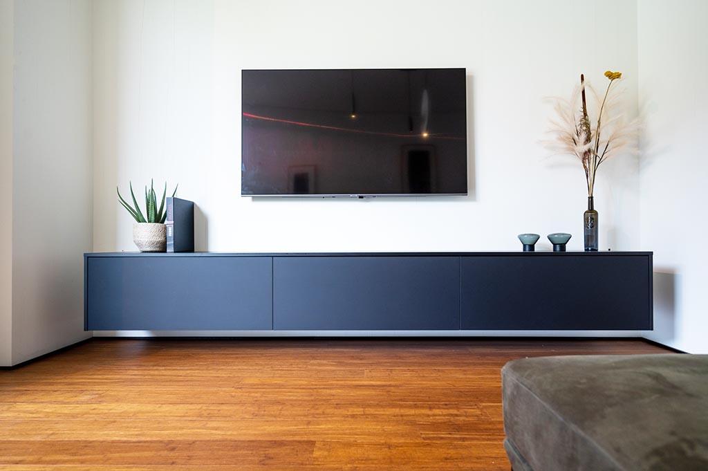 Zwevend tv-meubel in contrasterend zwart