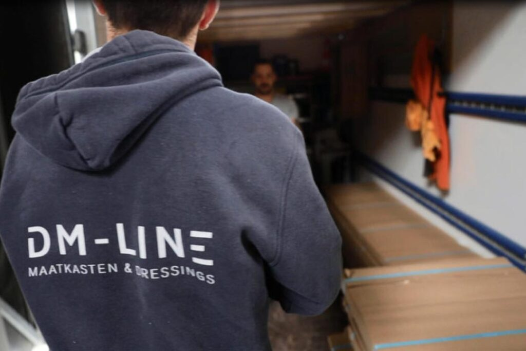 Magazijnmedewerker laadt bestelwagen uit